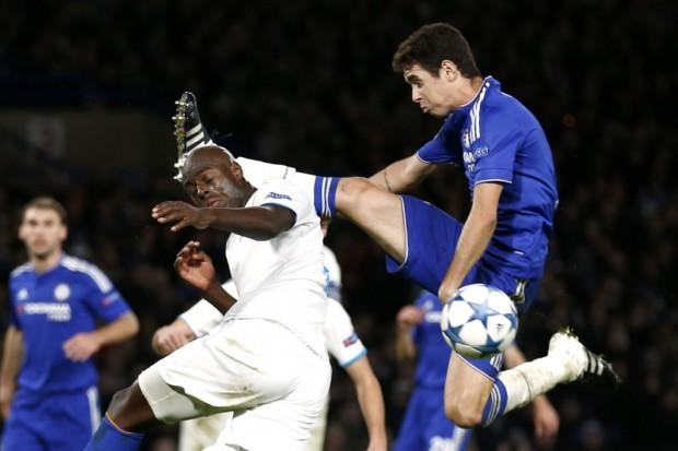 Oscar ergue demais a perna em lance com Imbula, do Porto, na Champions (Eddie Keogh - 9.dez.2015/Reuters)