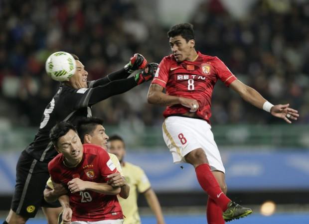 Paulinho cabeceia para fazer Guangzhou 2 x 1 América, em Osaka (Kimimasa Mayama - 13.dez.2015/EFE)