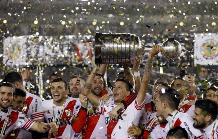 Jogadores do River com a Taça Libertadores da América deste ano (Martin Acosta - 6.ago.2015/Reuters)