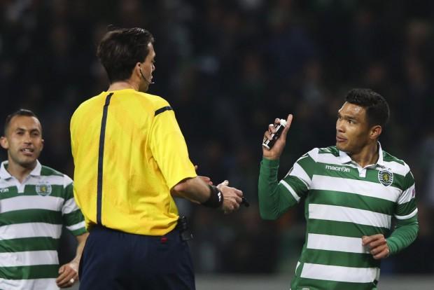 Teo com o spray do árbitro na partida em Lisboa (Manuel de Almeida - 10.dez.2015/EFE)