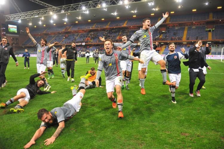 Atletas do Alessandria festejam vitória sobre o Genoa como se fosse um título (Luca Zennaro - 15.dez.2015/EFE)