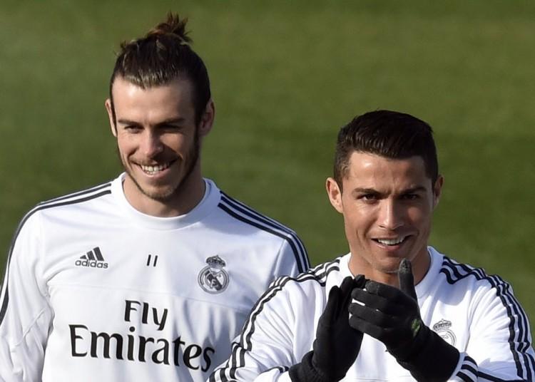 O galês Gareth Bale e o português Cristiano Ronaldo em treino do Real Madrid (Gerard Julien - 4.dez.2015/AFP)