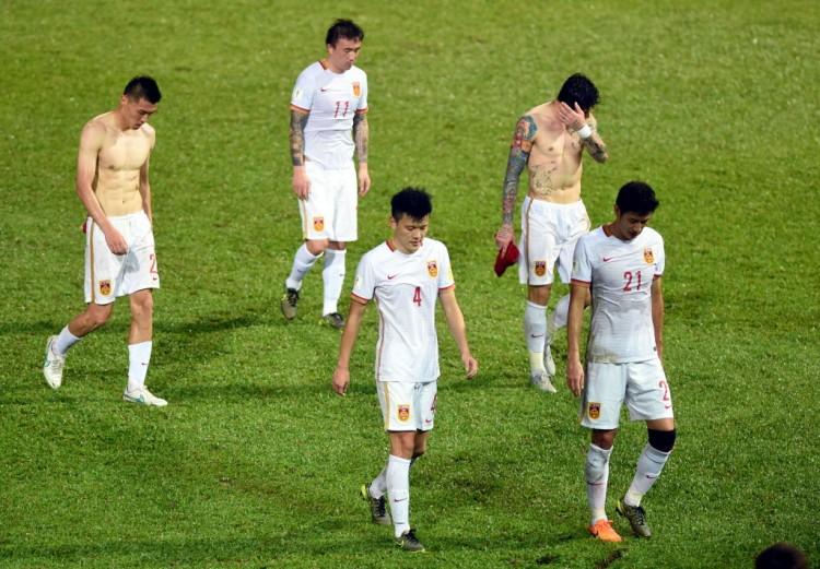 Jogadores da China, cabisbaixos depois do empate sem gols com Hong Kong (Lo Ping Fai - 17.nov.2015/Xinhua)