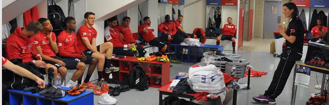 A ex-capitã da seleção francesa passa orientações aos jogadores (Reprodução/Site do Clermont Foot)