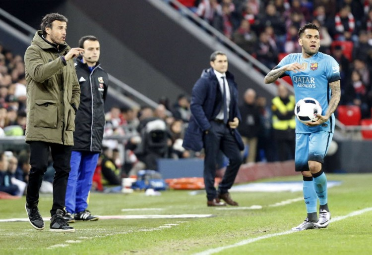 Daniel Alves recebe instrução do técnico Luis Enrique no jogo contra o Athletic Bilbao (Luis Tejido - 20.jan.2016/EFE)