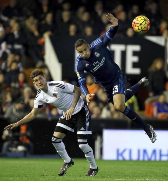 """O lateral direito Danilo """"decola"""" em Valencia 2 x 2 Real Madrid (Juan Carlos Cárdenas - 3.jan.2016/EFE)"""