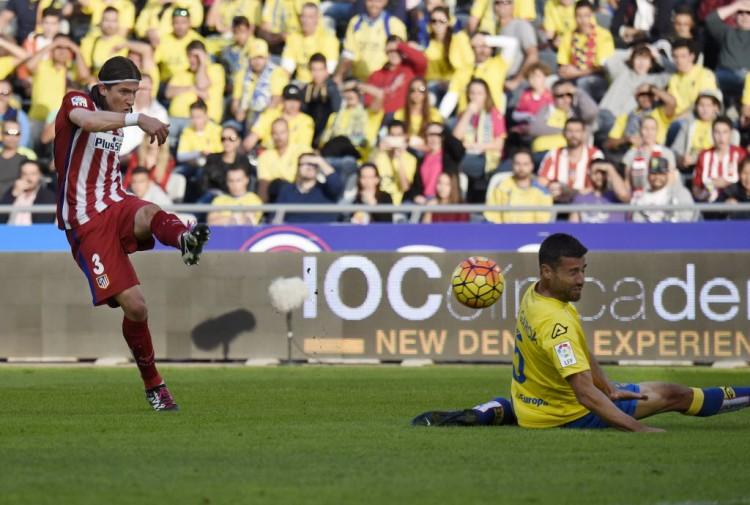 Filipe Luís chuta para marcar pelo Atlético contra o Las Palmas(Desiree Martin - 17.jan.2016/AFP)