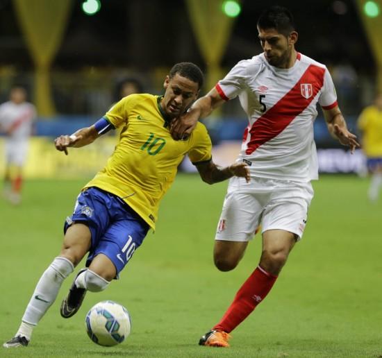 Neymar é marcado por Zambrano em Brasil 3 x 0 Peru, em Salvador, pelas eliminatórias da Copa-2018 (Nelson Antoine - 17.nov.2015/Associated Press)