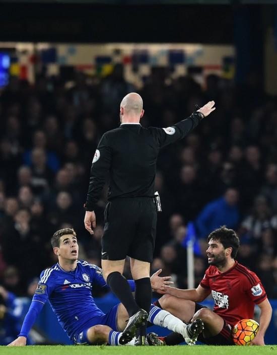 Oscar (de azul) reclama com o árbitro em Chelsea x West Brom (Ben Stansall - 13,jan.2016/AFP)