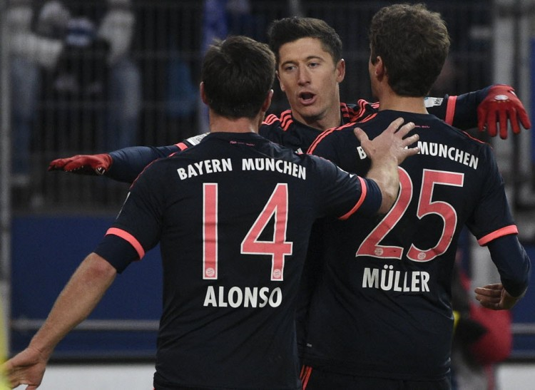 O espanhol Xabi Alonso, o polonês Lewandowski e o alemão Thomas Müller, do Bayern de Munique (Fabian Bimmer - 22.jan.2016/Reuters)