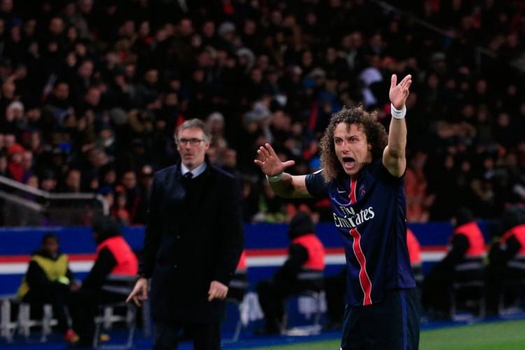 Sob o olhar do treinador do PSG, Laurent Blanc, David Luiz reclama durante o jogo com o Lille (Thibault Camus - 13.fev.2016/Associated Press)