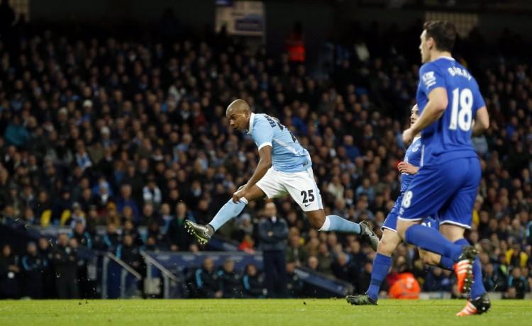 Fernandinho chuta para empatar o jogo do Manchester City contra o Everton (Andrew Yates - 27.jan.2016/Reuters)