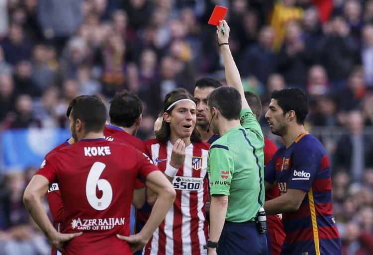 Filipe Luís recebe o cartão vermelho após falta violenta em Messi (Albert Gea - 30.jan.2016/Reuters)