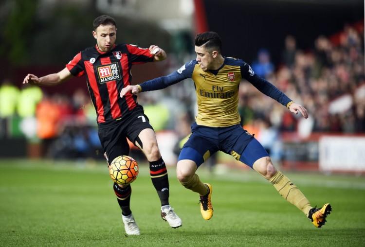 Gabriel Paulista (dir.) tenta marcar Pugh, do Bournemouth (Dylan Martinez - 7.fev.2016/Reuters)