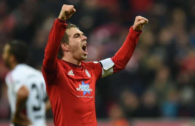 Philipp Lahm vibra com gol do Bayern na Bundesliga; atleta defende o clube desde 1995 (Christof Stache - 12.dez.2015/AFP)