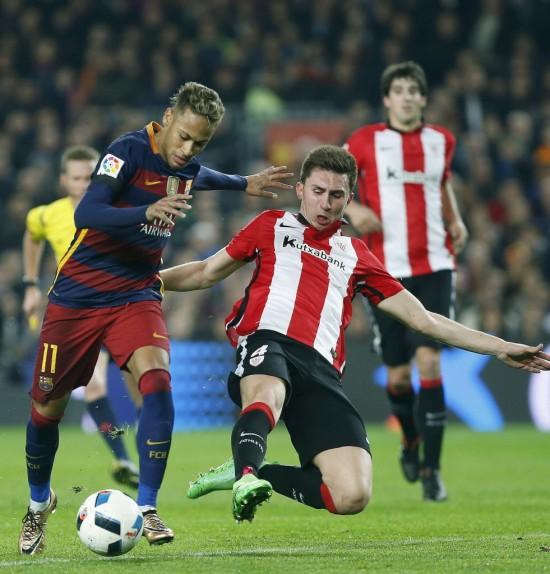 Laporte tenta parar Neymar em jogo do Athletic Bilbao contra o Barcelona pela Copa do Rei (Andreu Dalmau - 27.jan.2016/EFE)