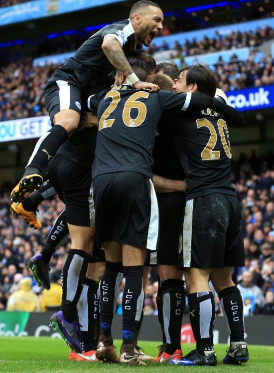 Jogadores do Leicester festejam o terceiro gol do time, feito por Huth, nos 3 a 1 no Manchester City (Martin Rickett - 6.fev.2016/Associated Press)