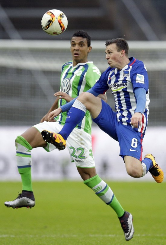Luiz Gustavo (esq.) em disputa com Darida, do Hertha Berlin, na Bundesliga (Michael Sohn - 20.fev.2016/Associated Press)