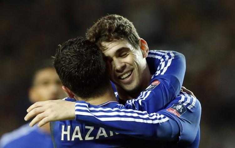 Oscar recebe abraço de Hazard depois de fazer seu 3º gol contra o Milton Keynes Dons (John Sibley - 31.jan.2016/Reuters)