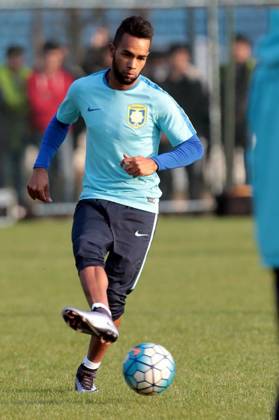 Alex Teixeira, ex-Shakhtar Donetsk, em treino do Jiangsu Suning (18.fev.2016/Associated Press)