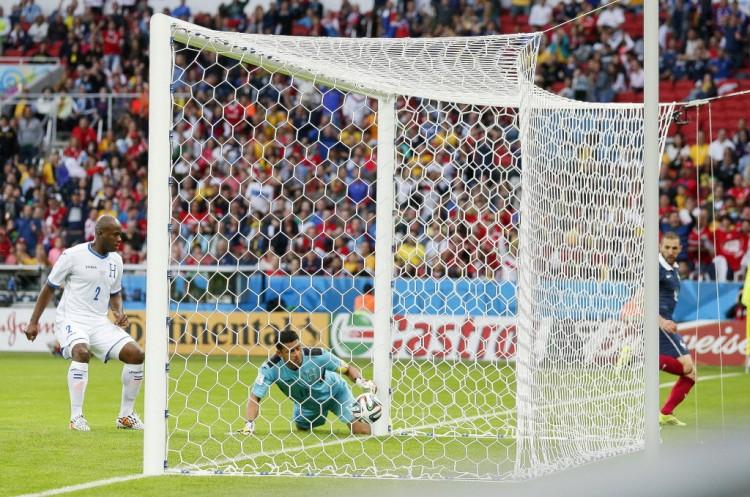 A tecnologia ajudou a validar gol de Benzema (dir.), da França, em jogo contra Honduras, do goleiro Valladares, na Copa-2014 (Jon Super - 15.jun.2014/Associated Press)