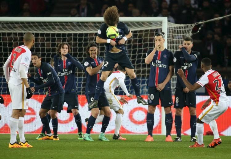 Na barreira do PSG, David Luiz salta para evitar que o Monaco tivesse êxito em cobrança de falta (Charles Platiau - 20.mar.2016/Reuters)