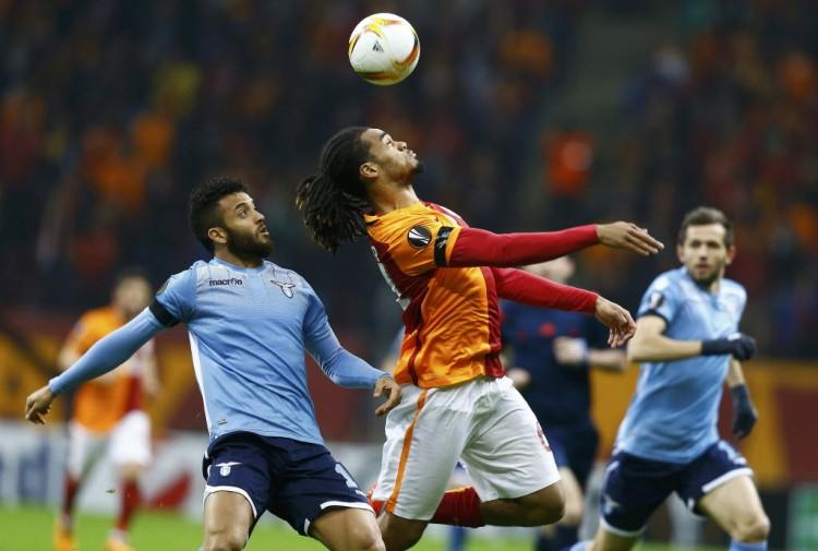 O belga Denayer, do Galatasaray, em lance com o brasileiro Felipe Anderson (esq.), da Lazio, em partida da Liga Europa em Istambul (Osman Orsal - 18.fev.2016/Reuters)