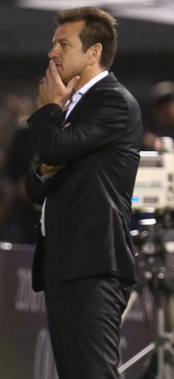 Dunga, pensativo, durante a partida em que  Brasil e Paraguai empataram por 2 a 2 em Assunção (Lucas Figueiredo - 29.mar.2016/MoWA Press)