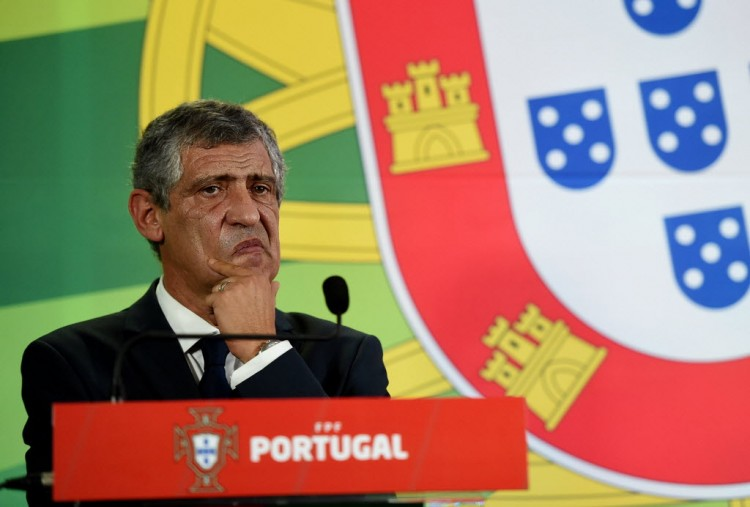 Newly appointed Portuguese coach Fernando Santos delivers a speech during his presentation at the headquarters of the Portuguese Football Federation in Lisbon on September 24, 2014. Fernando Santos was on September 23 named as the new coach of Portugal, succeeding Portuguese compatriot Paulo Bento. Santos, who will be 60 next month, is a former coach of Greece, whom he took to the quarter-finals of the 2012 European Championship and the round of 16 in the World Cup in Brazil. AFP PHOTO / FRANCISCO LEONG