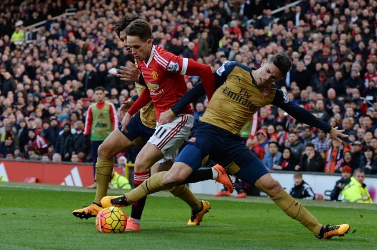 Gabriel Paulista (dir.), do Arsenal, esforça-se para marcar Januzaj, do Manchester United, no estádio Old Trafford (Oli Scarff - 28.fev.2016/AFP)