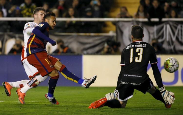 Neymar tenta superar o goleiro do Rayo Vallecano em jogo pelo Espanhol (Sergio Perez - 3.mar.2016/Reuters)