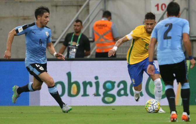 Neymar é cercado por Fucile e Victorino (2) na partida em Pernambuco (Lucas Figueiredo - 25.mar.2016/MoWA Press)