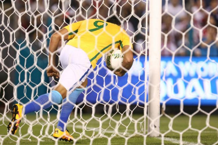 Ricardo Oliveira busca a bola dentro do gol do Paraguai após marcar no Defensores del Chaco (Lucas Figueiredo - 29.mar.2016/MoWA Press)