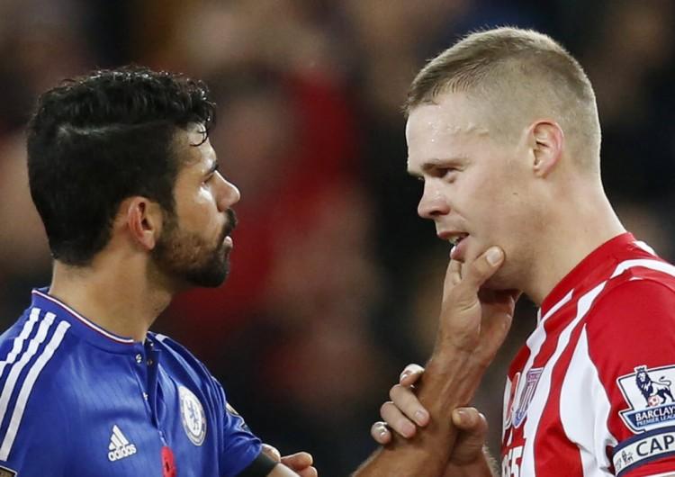 Diego Costa, do Chelsea, encara Shawcross (dir.), do Stoke, em jogo pelo do Campeonato Inglês(Ed Sykes - 7.nov.2015/Reuters)