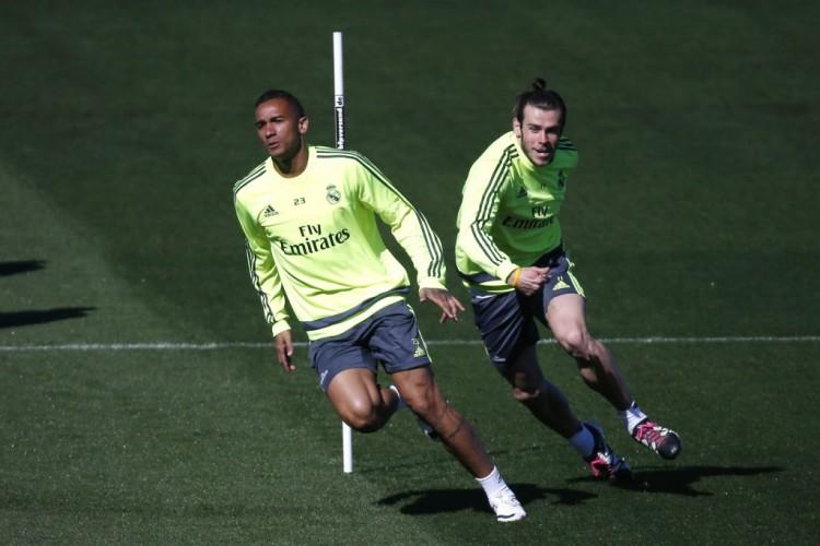 O lateral Danilo (à frente) e Gareth Bale em treinamento do Real Madrid, quye duelará com o Wolfsburg (1º.abr.2016/AFP)