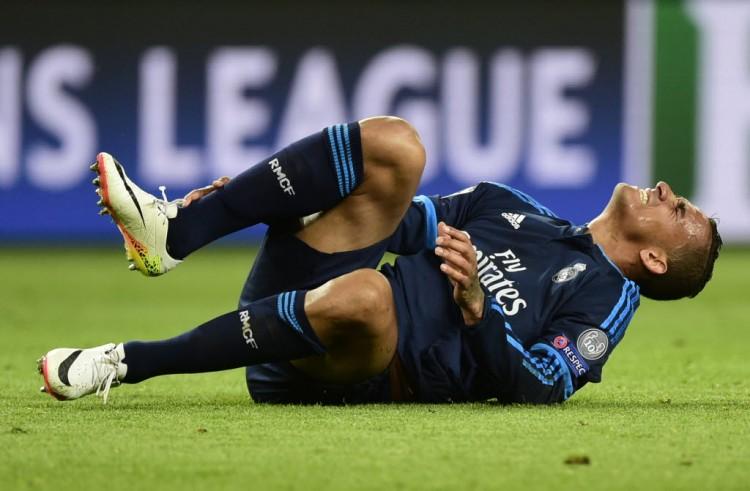Danilo sente a perna em jogo contra o Wolfsburg pela Champions League (John MacDougall - 6.abr.2016/AFP)