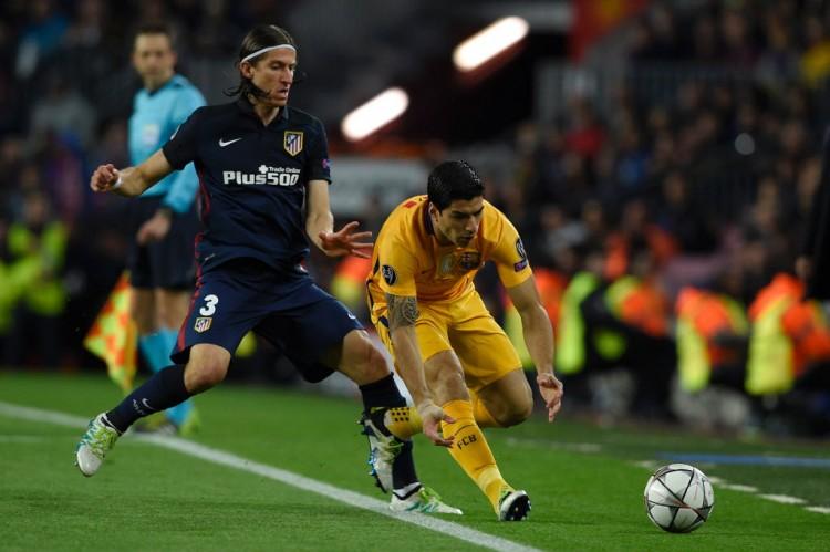 Filipe Luis na cola do uruguaio Suárez em Barcelona 2 x 1 Atlético de Madri, pela Champions League (Lluis Gene - 5.abr.2016/AFP) League