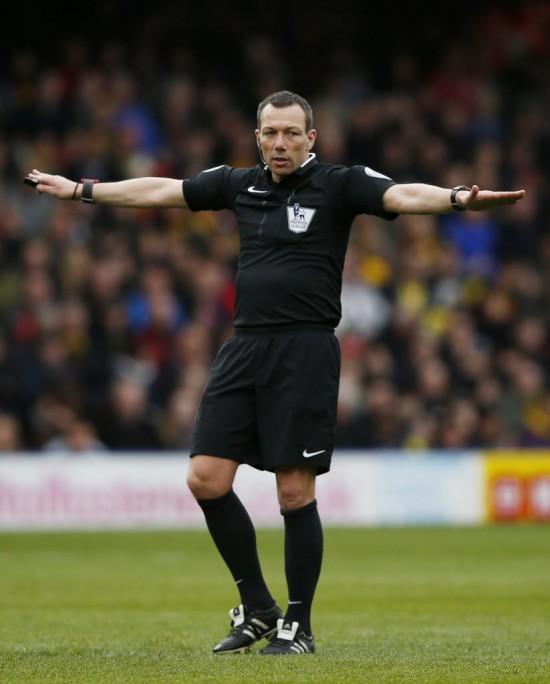 O árbitro Kevin Friend no jogo Watford x Everton, pela Premier League (Peter Cziborra - 9.abr.2016/Reuters)