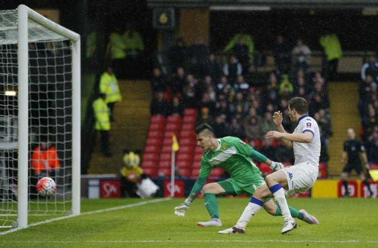 Scott Wootton , do Leeds United, faz gol contra na partida em que o time foi eliminado da Copa da Inglaterra pelo Watford por 1 a 0 (Andrew Couldridge - 20.fev.2016/Reuters)