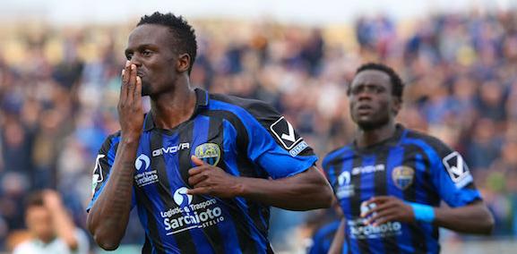 O volante queniano Mariga festeja gol que marcou contra  o Avellino (Paola Libralato - 2.abr.2016/Site oficial do U.S. Latina Calcio)