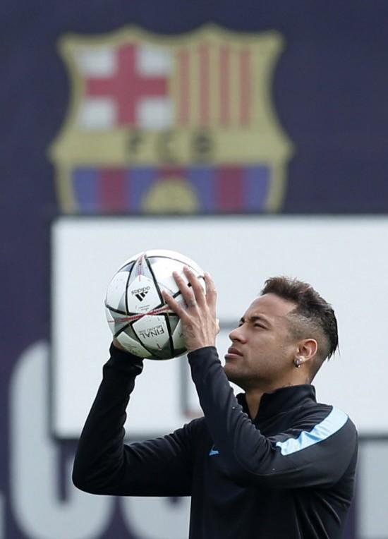 Neymar durante treino no CT do Barcelona para a partida diante do Atlético de Madri (Albert Gea - 4.abr.2016/Reuters)