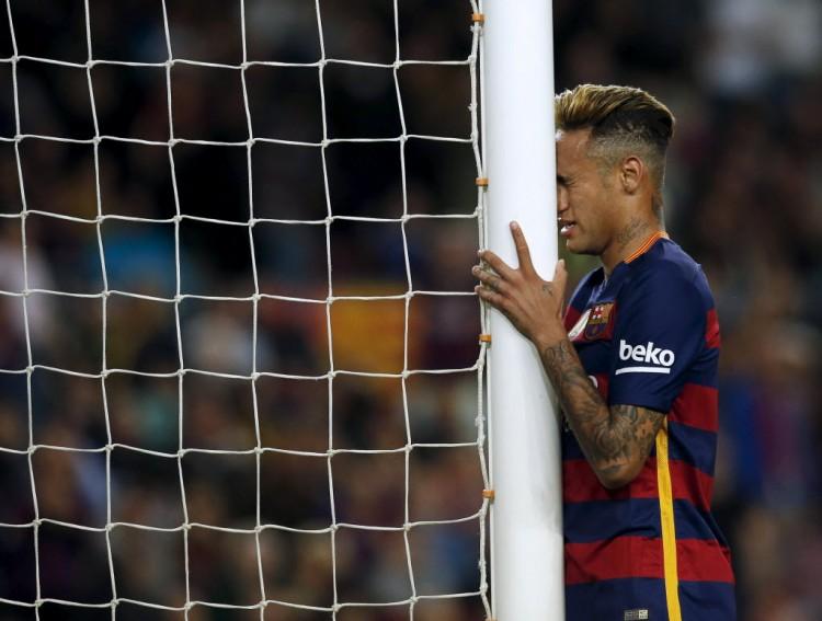 Neymar lamenta gol perdido em Barcelona 1 x 2 Valencia, pelo Espanhol, no Camp Nou (Albert Gea - 17.abr.2016/Reuters)