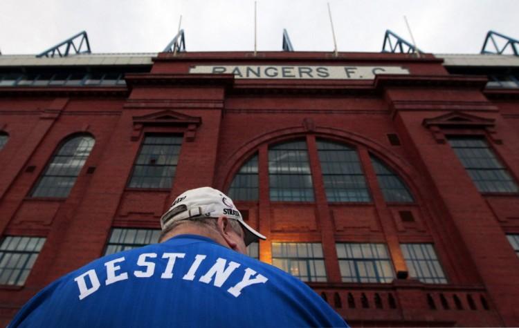 Torcedor do Glasgow Rangers diante da sede do clube, à época da decretação da falência (David Moir - 14.fev.2012/Reuters)
