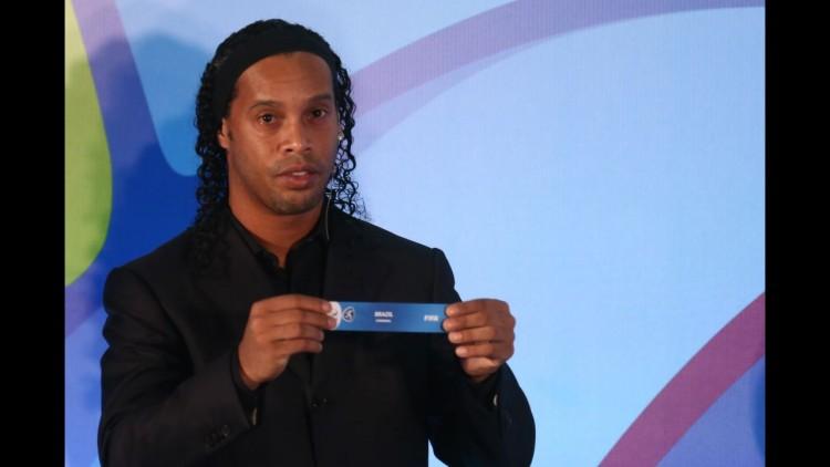 Ronaldinho Gaúcho sexibe o nome do Brasil no sorteiio das chaves da Olimpíada, no Rio (Lucas Figueiredo - 14.abr.2016//MoWa Press)