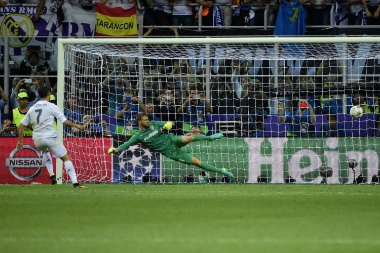 Cristiano Ronaldo desloca Oblak e faz o gol do título do real Madrid na Champions League (Olivier Morin - 28.mai.2016/AFP)