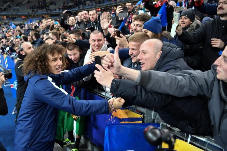 No Stade de France, David Luiz festeja com torcedores do PSG a conquista da Copa da Liga da França (Philippe Lopez - 23.abr.2016/AFP)