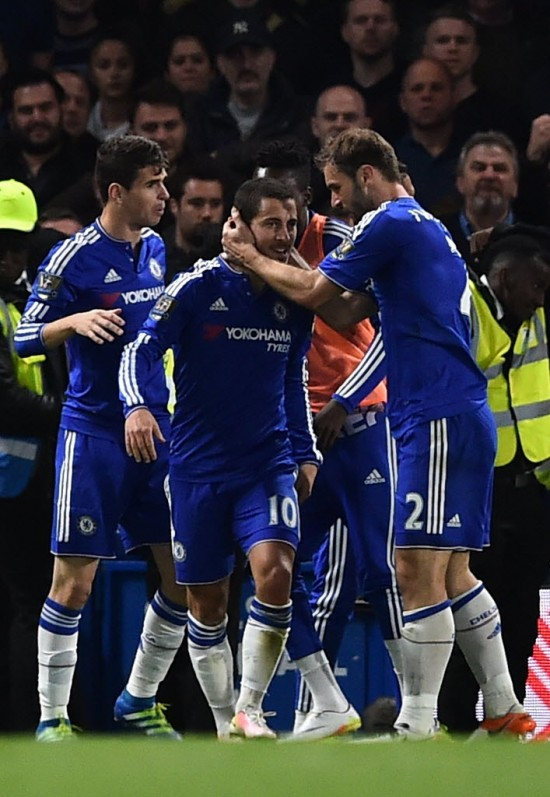 Oscar (esq.) e Ivanovic, do Chelsea, festejam Hazard (10) após o gol do companheiro, que significou o título para o Leicester (Ben Stansall - 2.mai.2016/AFP)
