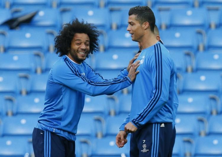 Marcelo brinca com o português Cristiano Ronaldo em treino do Real Madrid (Jason Cairnduff - 25.abr.2016/Reuters)