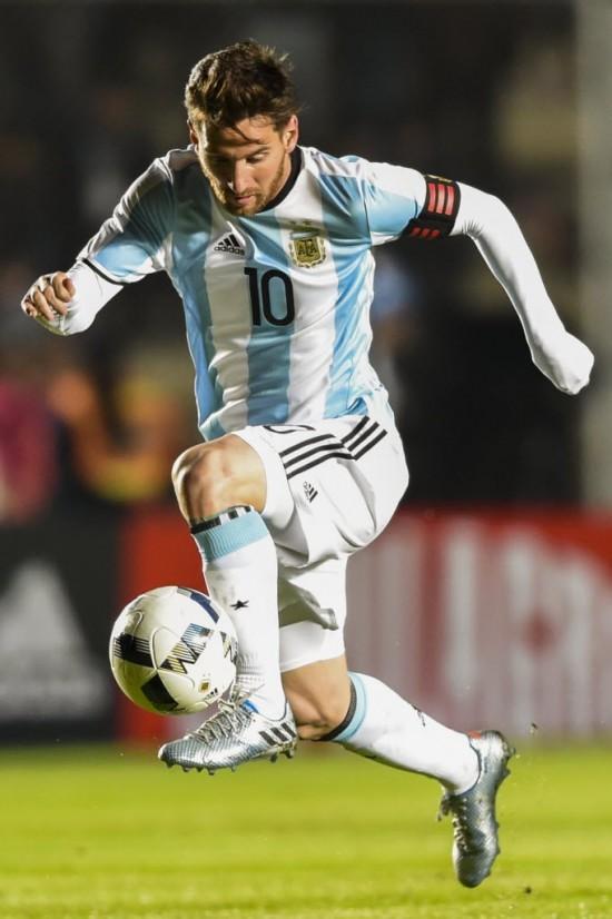 Cinco vezes o melhor jogador do mundo, Messi avança com a bola em amistoso da Argentina contra Honduras (Eitan Abramovic - 27.mai.2016/AFP)