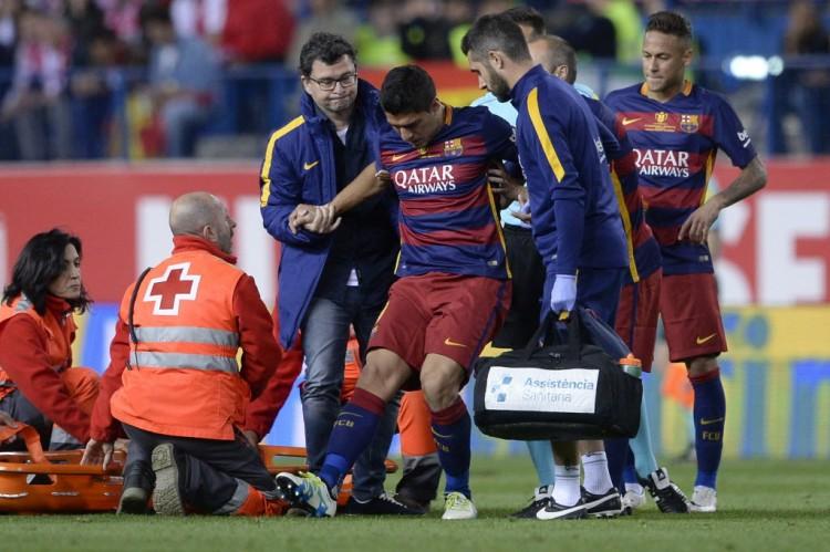 Suárez deixa o campo, lesionado, na final da Copa do Rei, entre Barcelona e Sevilla (Josep Lago - 22.mai.2016/AFP)